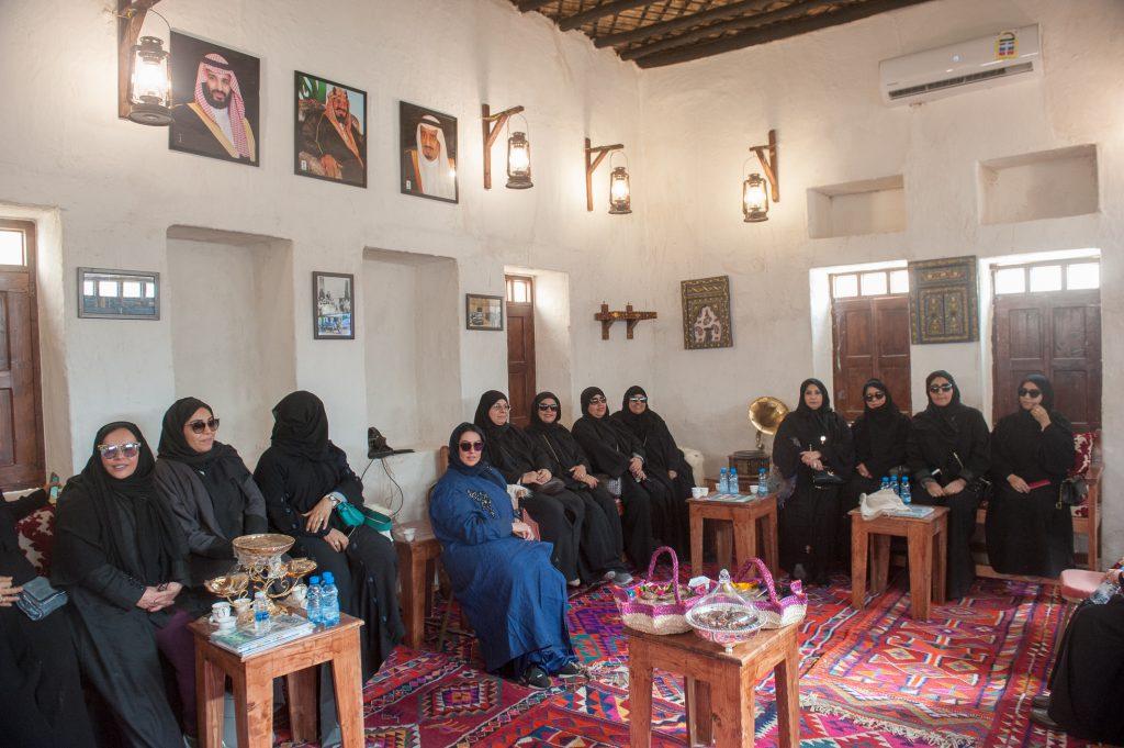 أعضاء جمعية فتاة الخليج بالخبر يزورون بيت الشرقية في الجنادرية