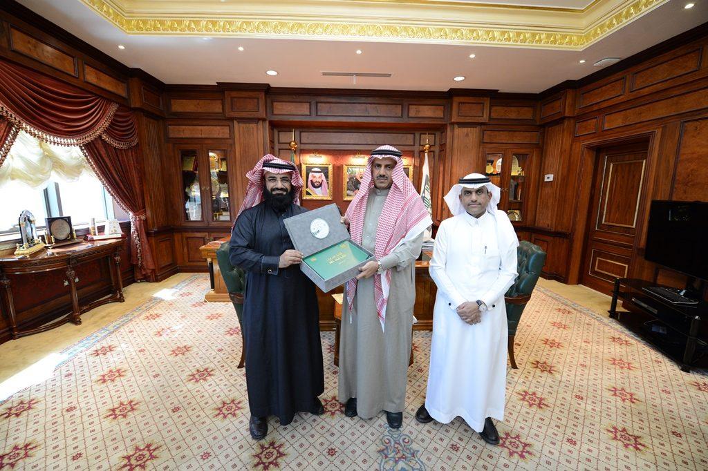 مدير جامعة الملك خالد يتسلم نسخة من الخطة الاستراتيجية المطورة للجامعة