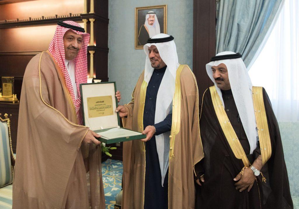الأمير حسام بن سعود يتسلم التقرير السنوي لأنشطة الغرفة التجارية بالمنطقة
