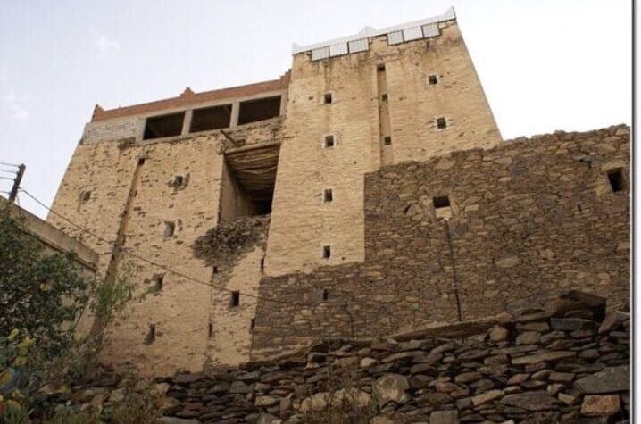 شاب يعيد تهيئة وترميم قلاع يعود تاريخها إلى قرابة القرنين من الزمن بمحاذاة أعلى قمم المملكة