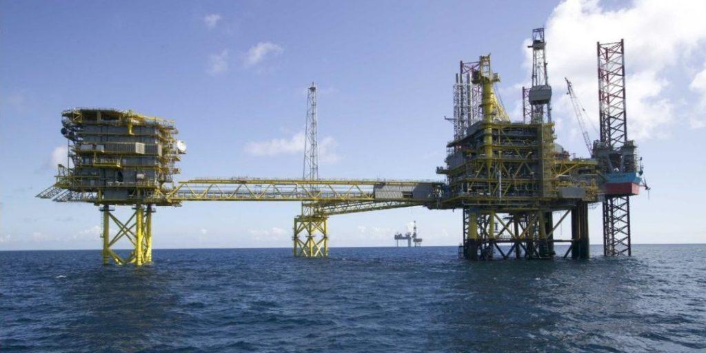 النفط يهبط مع صعود الدولار
