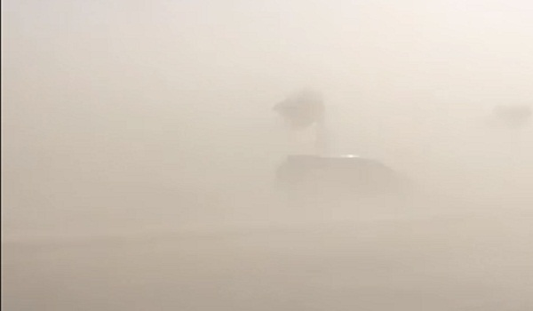 شاهد موجة غبار تجتاح الخرج .. والرؤية تنعدم على الطرقات