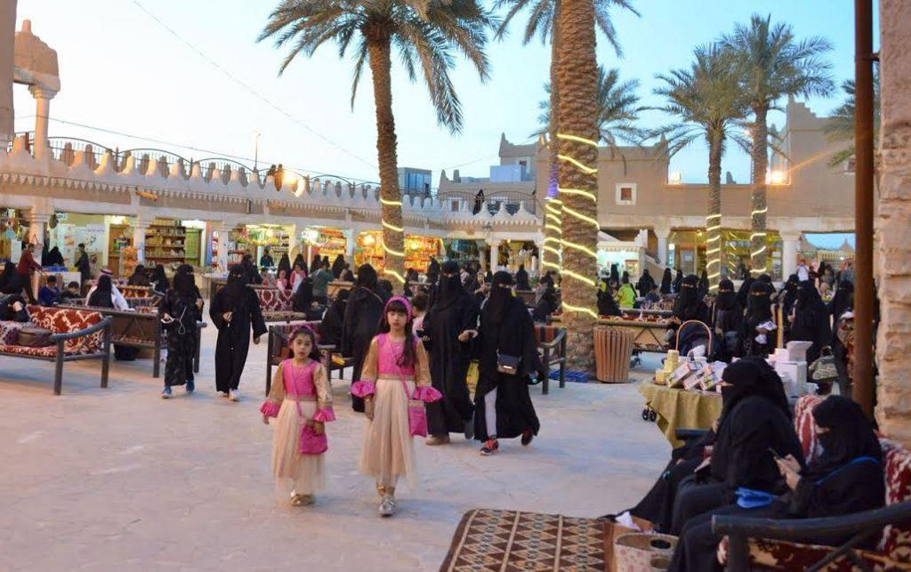 انطلاقة مهرجان الحنيني بأكثر من مائة اسره منتجة وحضور كثيف
