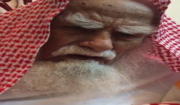 """شاهد.. المسن """"سعد القحطاني"""" أصابه الخرف وبقى لسانه يردد الأذان عند كل فرض"""