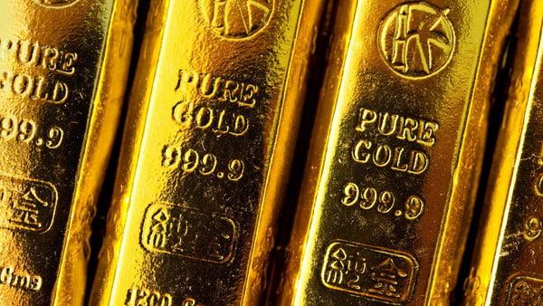 عقود الذهب ترتفع لـ 1324 دولاراً بدعم بيانات أميركية
