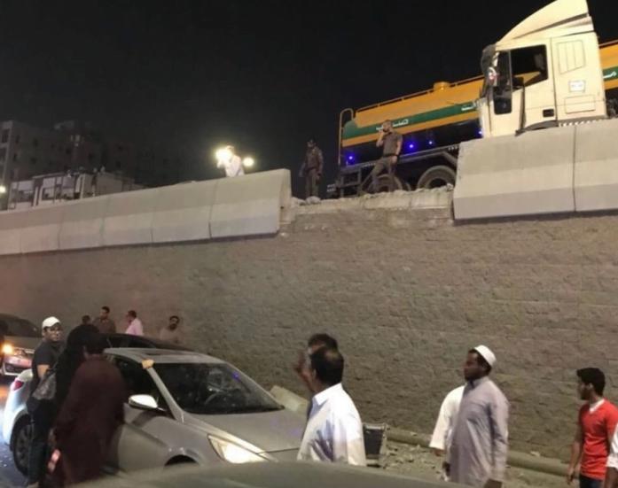 سقوط حاجز خرساني على مركبة بجدة