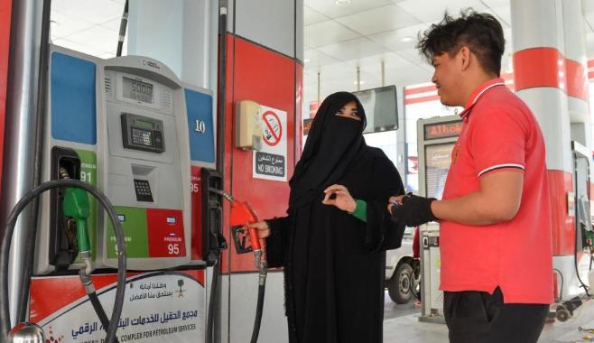 شاهد: أول سعودية تعمل في محطة بنزين
