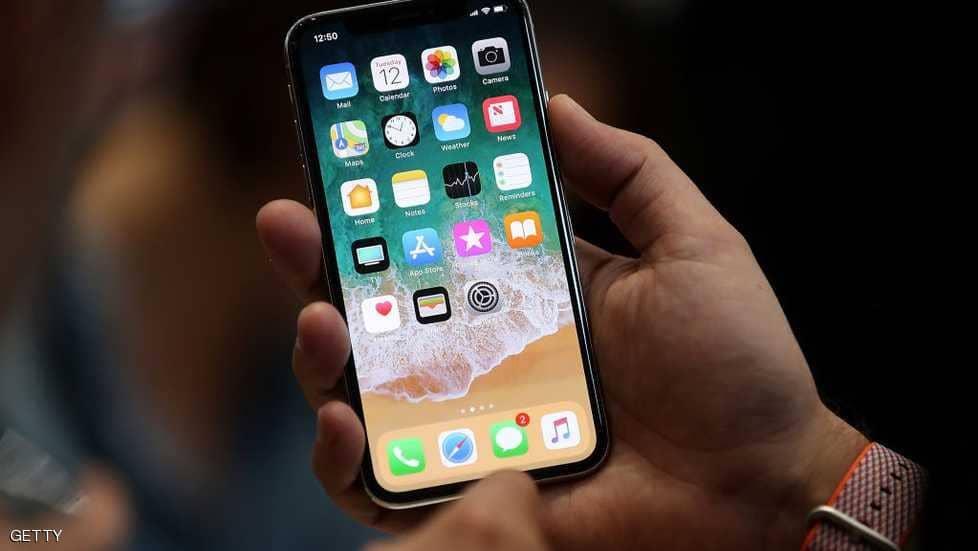 طفل يغلق هاتف والدته 48 عاما