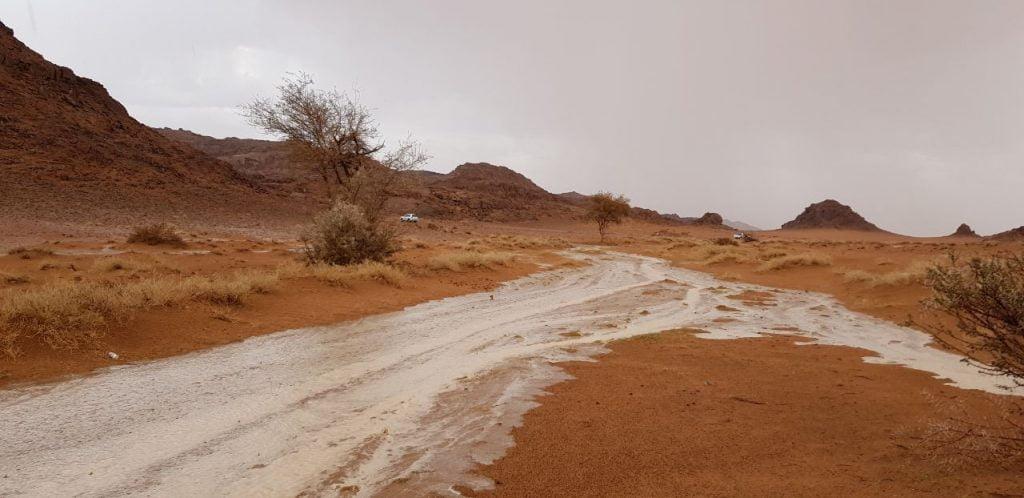 شاهد .. 6 مقاطع فيديو لهطول الأمطار على حائل وجريان الأودية والشعاب