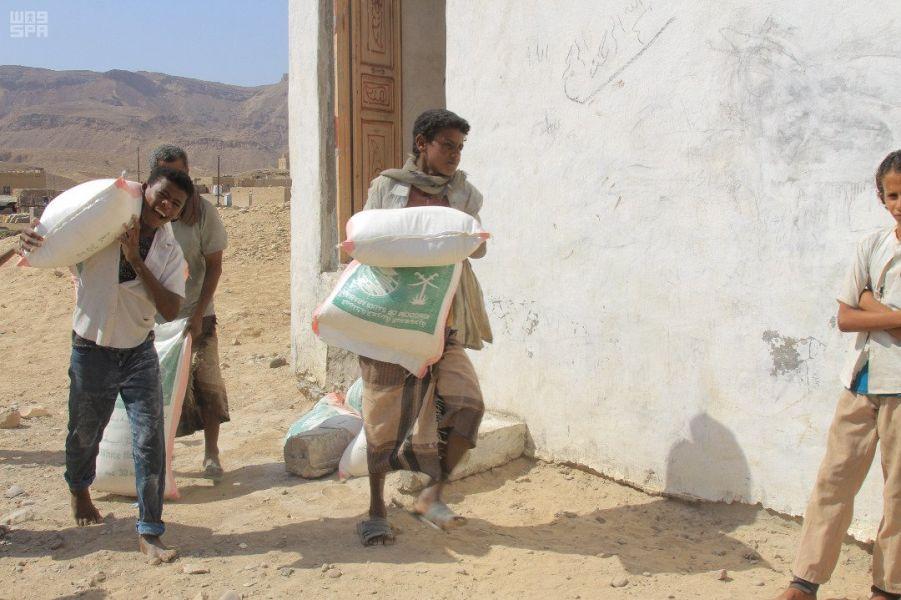 مركز الملك سلمان للإغاثة يوزع 1000 سلة غذائية بحضرموت