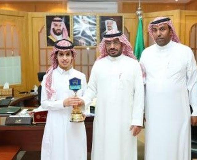 الطالب أحمد الحربي يحقق المركز الأول على مستوى المملكة.. ومساعد مدير التعليم يكرمه