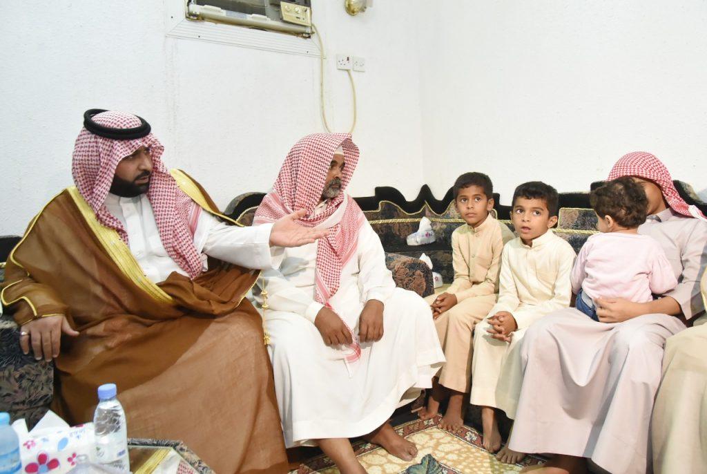 الأمير محمد بن عبدالعزيز ينقل تعازي القيادة لوالد وذوي الشهيد الحكمي
