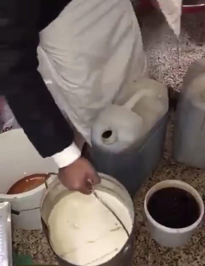 """حملة """" وطن بلا مخالف """" في الباحة تضبط عماله من الجنسية العربية يديرون مصنعاً للعسل بإحدى الاستراحات بمحافظة العقيق"""