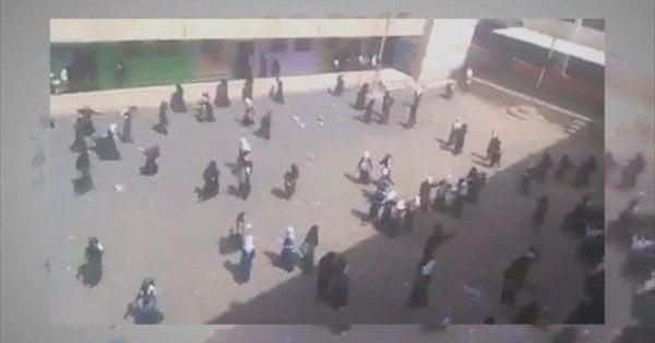 """الحوثيون يعتدون على طالبات صنعاء لرفضهن ترديد الصرخة الحوثية """"فيديو"""""""