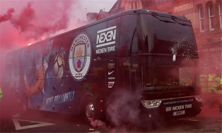 """هجوم مرعب من جماهير """"ليفربول"""" ضد حافلة """"مانشستر سيتي"""""""