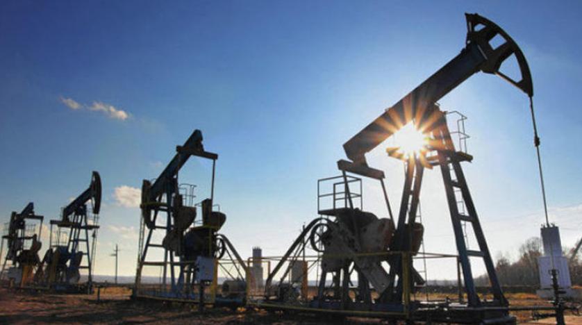 النفط يغلق مرتفعا ويسجل أكبر أسبوع من المكاسب منذ يوليو