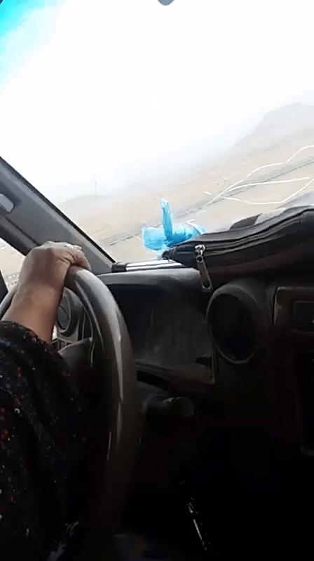 شاهد..مع أصوات الهجيني وبعيداً عن القوانين مسنة تقود سيارتها للاستمتاع بالمطر
