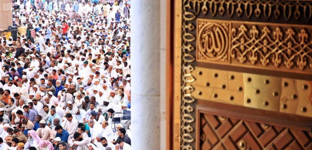 جموع المصلين يؤدون أول صلاة جمعة في شهر رمضان المبارك بالمسجد النبوي