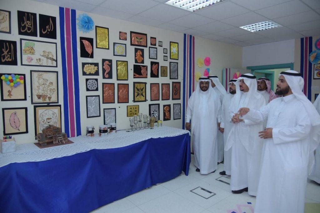 معالي مدير جامعة الباحة يفتتح معرض التربية الفنية بكلية التربية
