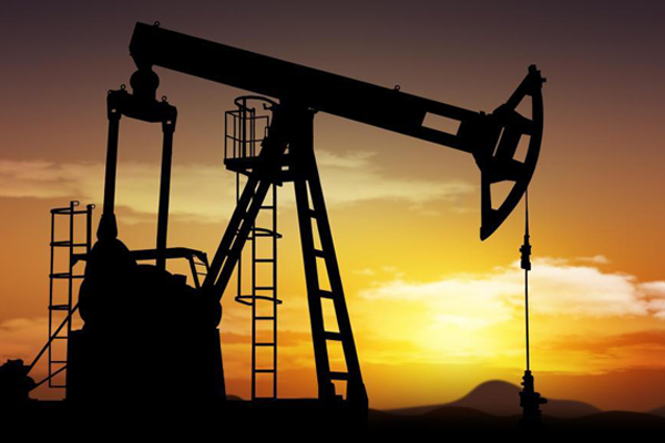 أسعار النفط تتخلى عن أعلى مستوى لها في 4 سنوات