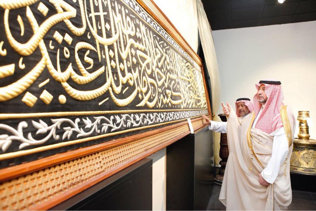 السديري يتجول بأكبر مكتبة إسلامية بالمدينة المنورة ويطمئن على خدماتها
