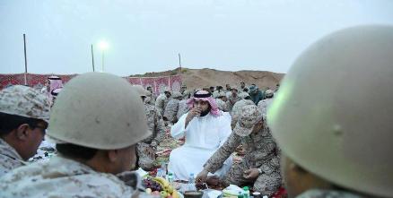 """الأمير """"محمد بن عبد العزيز"""" يشارك الجنود المرابطين إفطار رمضان"""