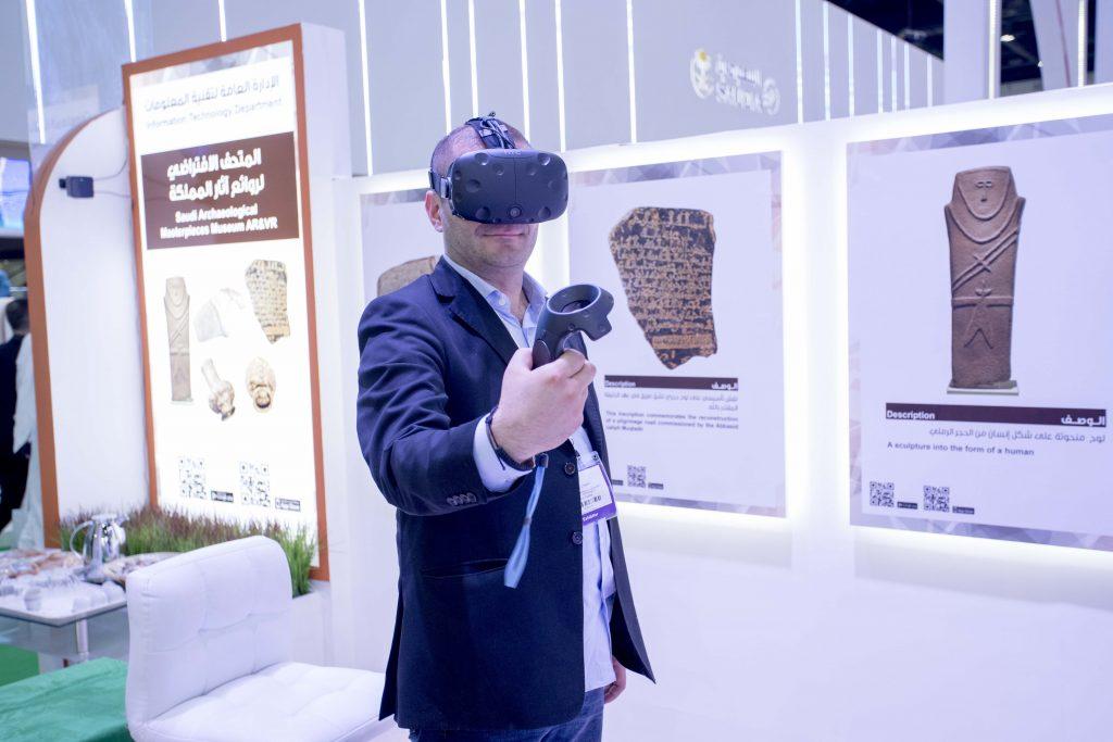 لأول مرة.. زوار سوق عكاظ يشاهدون أنفس القطع الأثرية بتقنية الواقع الافتراضي