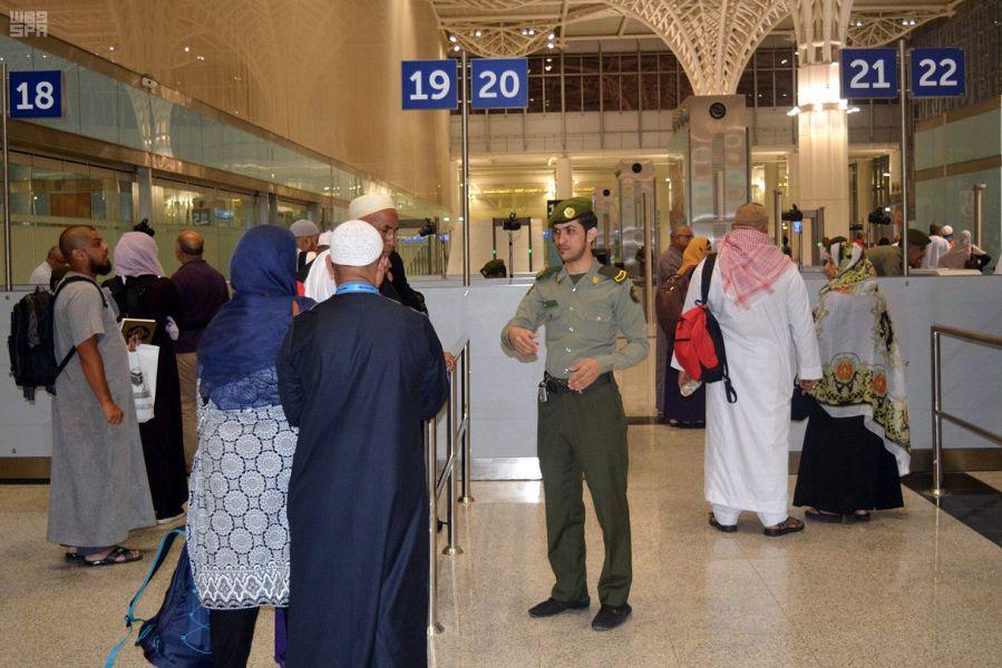 جوازات مطار المدينة المنورة تكثف جهودها في العشر الأواخر من رمضان