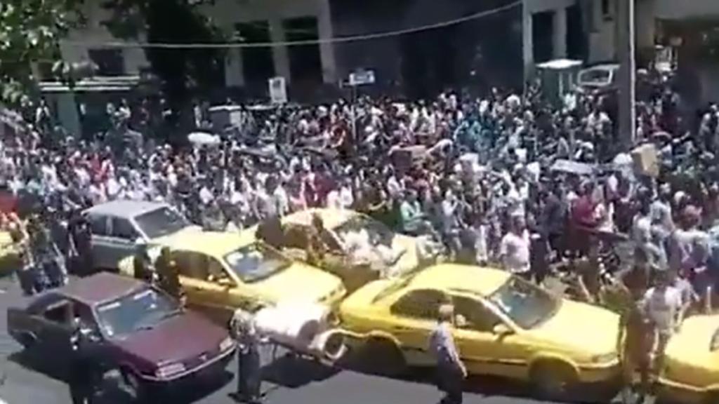 النظام الإيراني على صفيح ساخن.. إضراب واحتجاجات في طهران وعدة محافظات