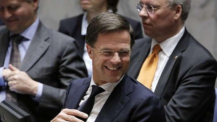 شاهد.. رئيس وزراء هولندا تسقط قهوته عند مدخل البرلمان فينظف الأرض بنفسه