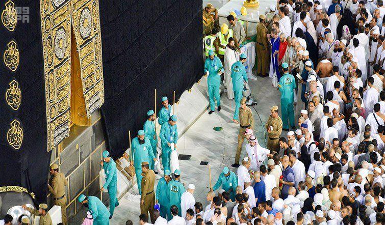 إدارة التطهير والسجاد بالمسجد الحرام تحقق رقما قياسيا في غسل المطاف لليلة 27 من رمضان