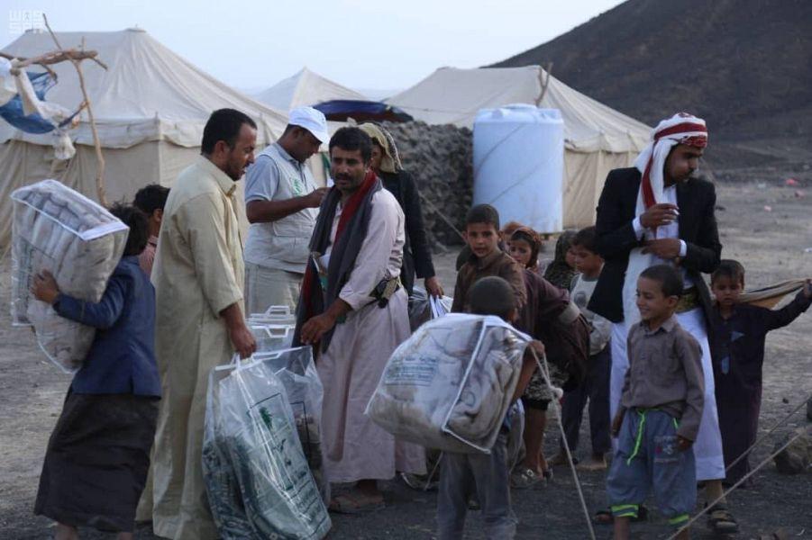 مركز الملك سلمان يوزع مساعدات إيوائية للنازحين من نهم