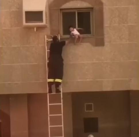 شاهد.. كيف أنقذ رجال الدفاع المدني طفلاً من السقوط من نافذة منزله