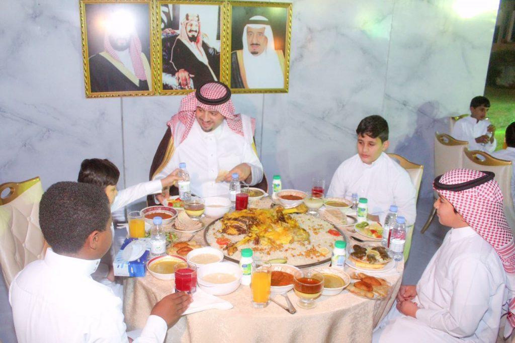 أمير الحدود الشمالية يشارك أطفال جمعية رعاية الأيتام بعرعر طعام الإفطار