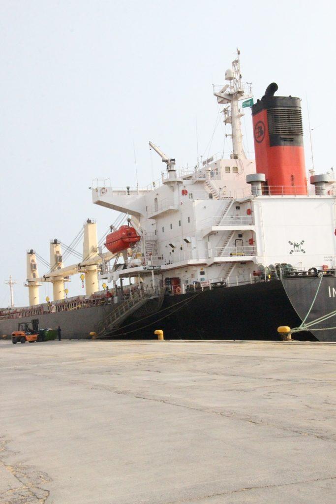 عقب تعرضها لهجوم حوثي .. السفينة التركية تخضع للصيانة بميناء جازان