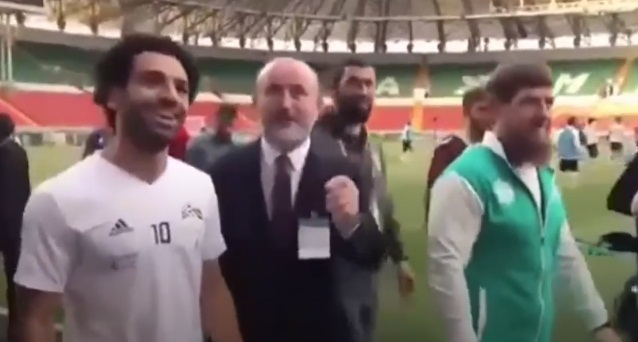 شاهد .. صلاح يغيب عن أول تمرين.. ورئيس الشيشان يحضره إلى الملعب