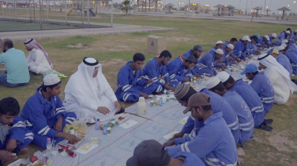 """""""أمين منطقة الجوف """" يشارك عمال النظافة الافطار الرمضاني"""