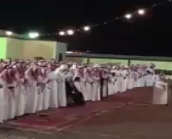 شاهد: عريس سعودي يلغي الشيلات في حفل زفافه ويستبدلها بصلاة الخسوف!