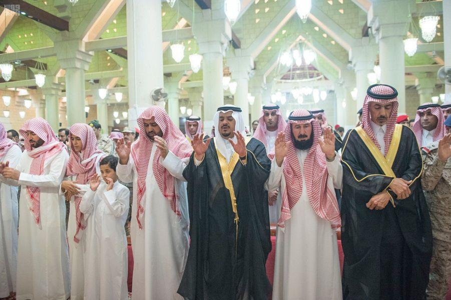 امير الرياض بالنيابة يؤدي الصلاة على الشهيد العنزي في الخرج وينقل تعازي القيادة لأسرته