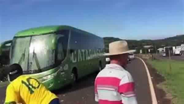 بالفيديو..البيض والحجارة في استقبال المنتخب البرازيلي