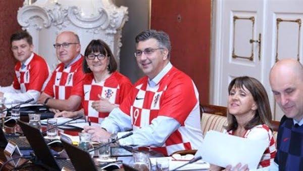 احتفالاً بالفوز والتأهل للنهائي.. حكومة كرواتيا في زيّ المنتخب