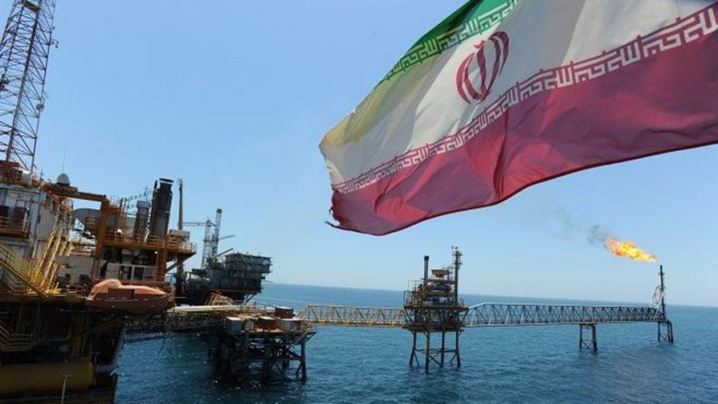 ثالث أكبر ناقل بحري بالعالم يوقف عملياته بإيران