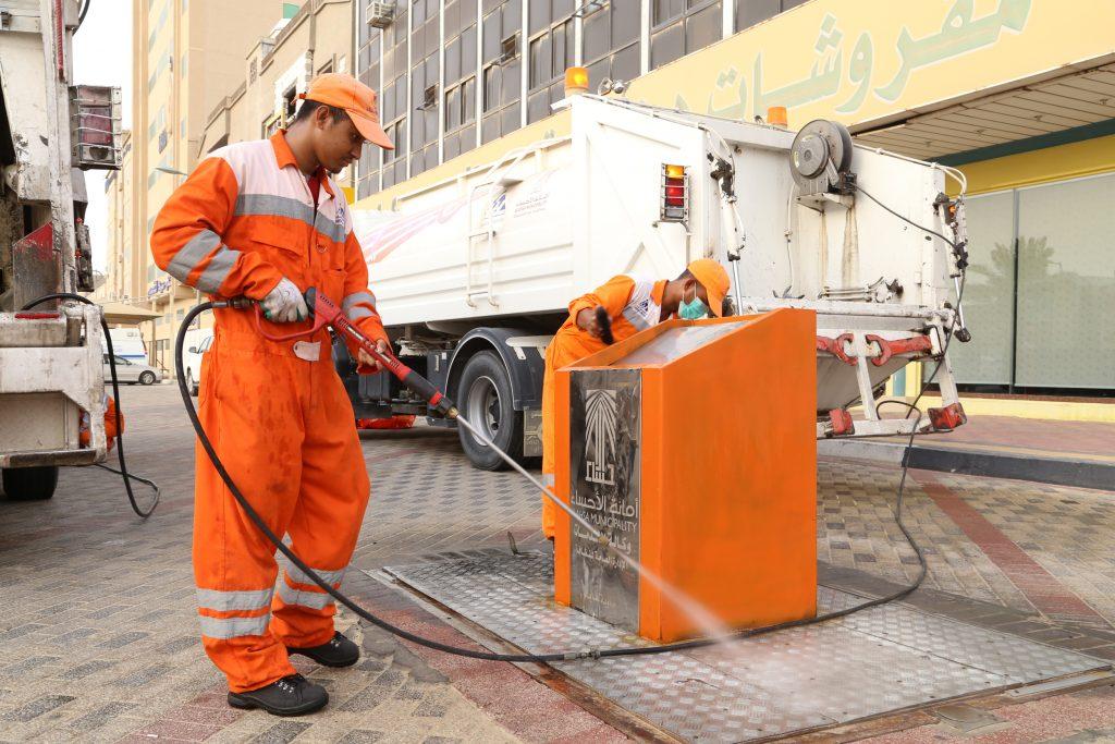 أمانة الأحساء تحدد ساعات العمل لعمال النظافة