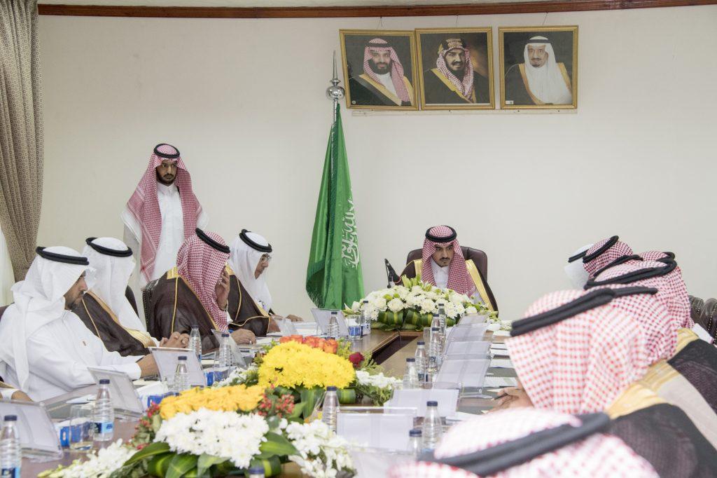 أمير الجوف يترأس اجتماعاً بمدراء الإدارات الخدمية بالقريات