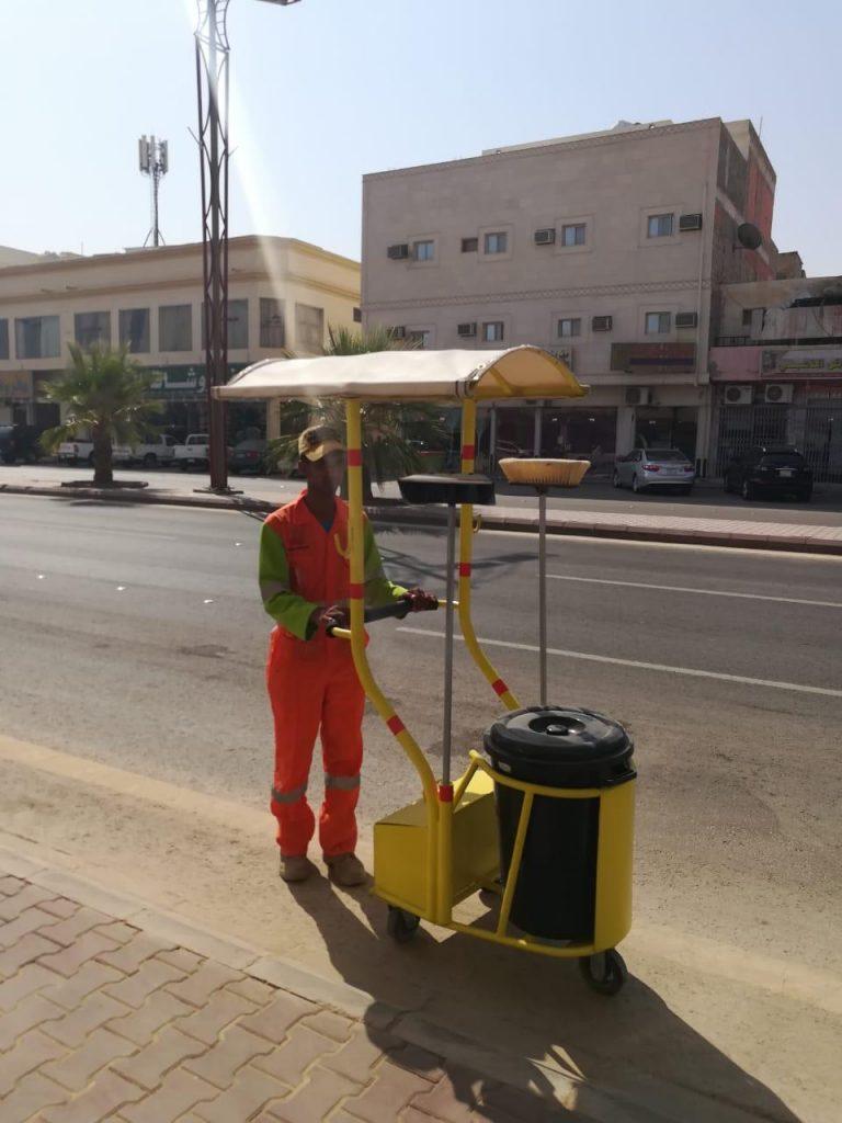 بلدية الخرج تجهز عربات للنفايات بغطاء واق لحماية عمال النظافة من أشعة الشمس