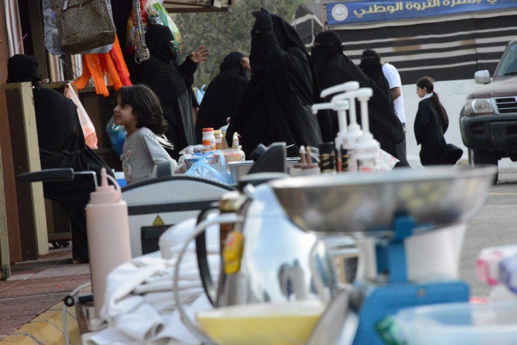 اطباق ومنتوجات الأسر المنتجة…. تجذب زوار منتزه الثروة الوطني بمحافظة القرى