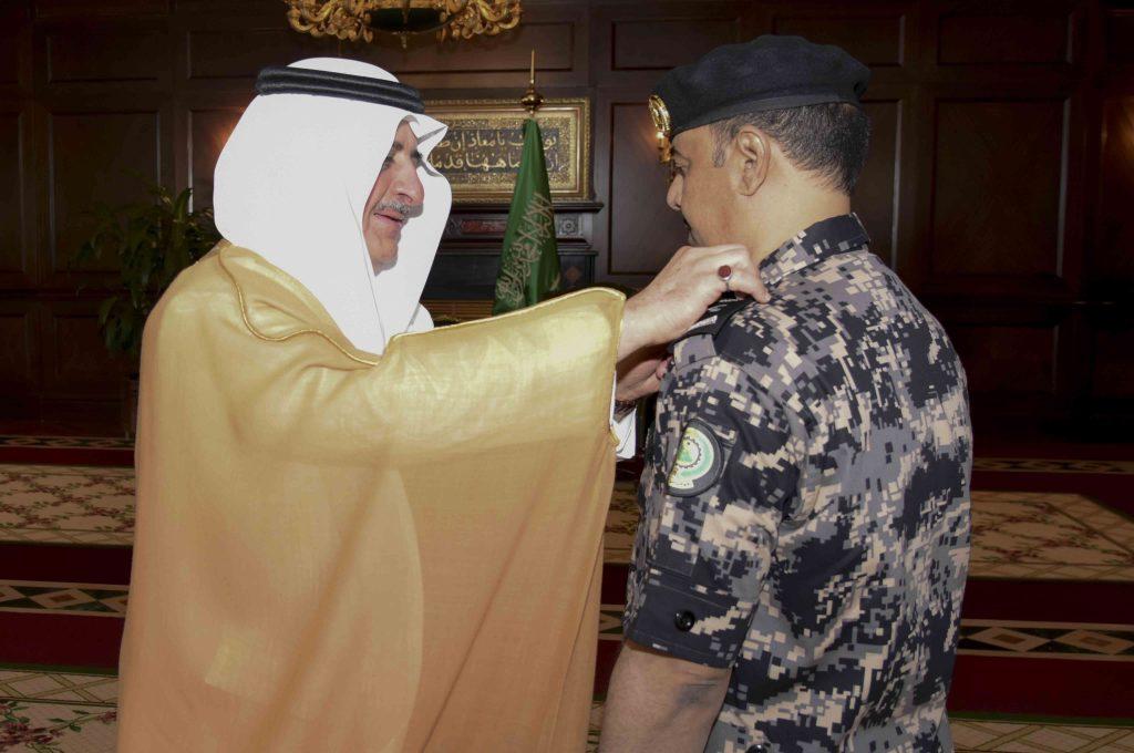 أمير تبوك يقلد قائد قوة امن المنشأت بالمنطقة رتبة لواء