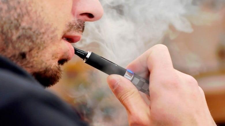 """دراسة """"مخيفة""""..  السجائر الإلكترونية تدمر خلايا في الأوعية الدموية والقلب"""