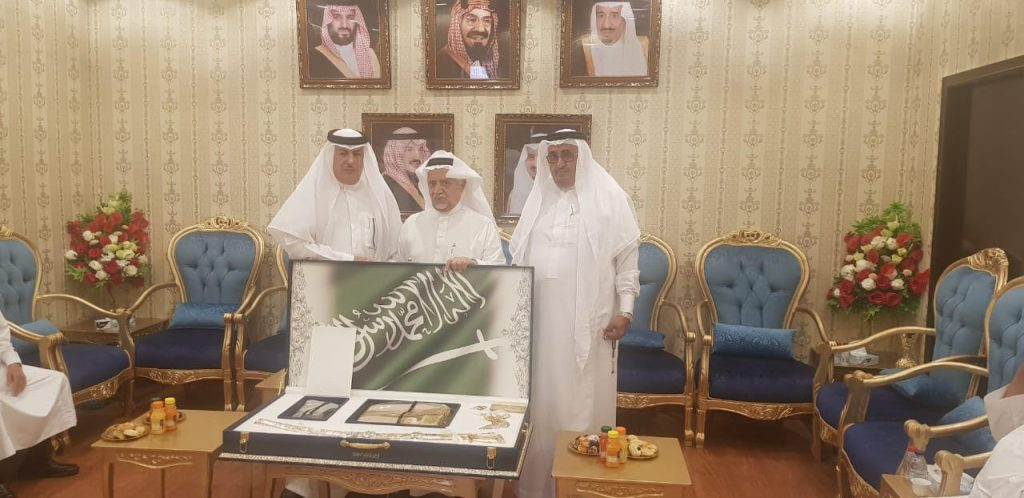 """رجل الأعمال """"الأزهري"""" يدعم جمعية العناية بالمقابر في عسير بمائة ألف ريال"""