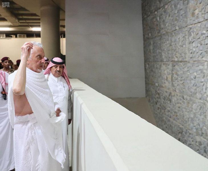 أمير مكة ونائبه يرميان جمرة العقبة ويؤديان الطواف بالمسجد الحرام